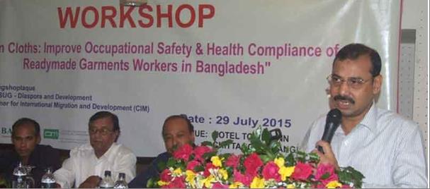 Mayor of Chittagong, Mr. A.J.M. Nasir speaking at the workshop as chief guest, while Chairman of BASUG, Mr Bikash Chowdhury Barua, senior journalist M. Nasirul Hoque & Acting chief of Songsaptaque Mr. Chandan Chowdhury look on